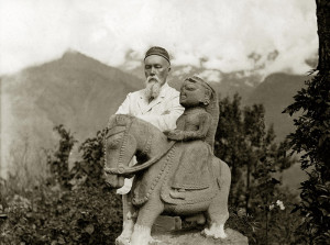 Prof. de Roerich and the statue of Guga Chohan. S-180