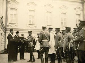 Столыпин (в белом мундире справа) при представлении императору еврейской делегации и поднесении ею Торы. 30 августа 1911 г.