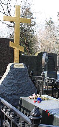 Восстановленный крест на могиле Николая Васильевича Гоголя на Новодевичьем кладбище. 2010 год.