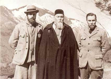 С.Н.Рерих, Н.К.Рерих и Ю.Н. Рерих (слева направо) в долине Кулу (Наггар, Индия)