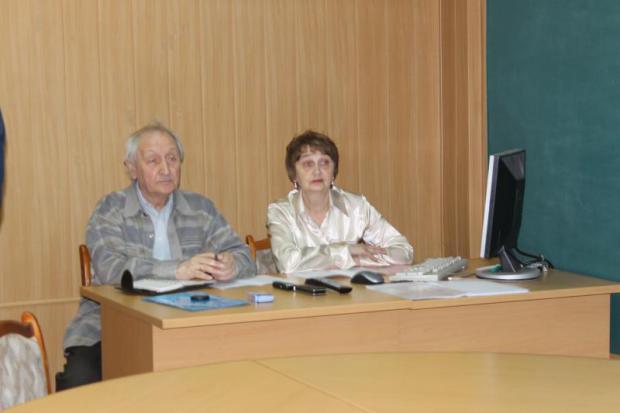 Г.Д.Авруцкий и Е.А.Зажигина помогают выступающим с визуальной демонстрацией их докладов