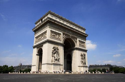 Ряд праздничных мероприятий проходит напротив знаменитой Триумфальной арки