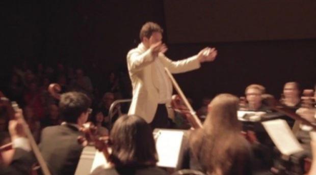 Маэстро Артур Арнольд дирижирует оркестром PRISMA