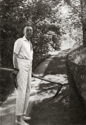 С косой за работой в саду в имении «Сенар». Август 1938 г.