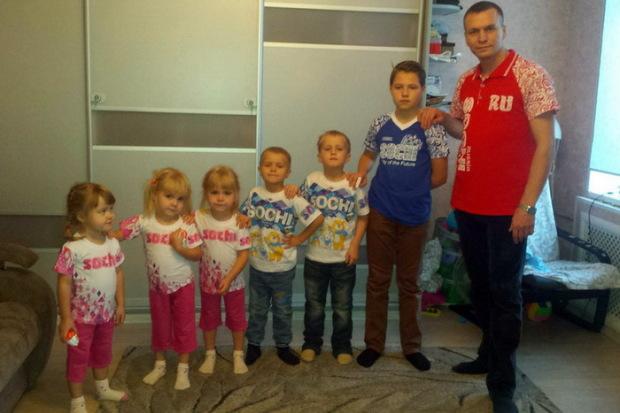 Семья Кудрявцевых в тематических футболках с Олимпиады в Сочи