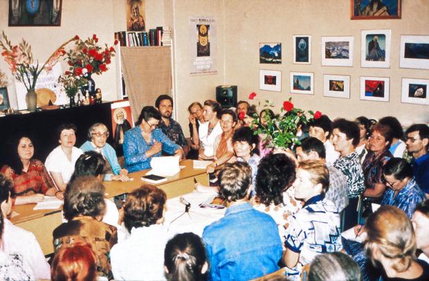 Н.Д. Спирина и другие учредители СибРО (члены первого Правления) на ежемесячном «Квадратном столе» СибРО (встрече с представителями иногородних Рериховских Обществ). Новосибирск, начало  1990-х годов.