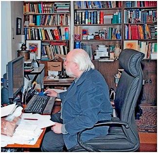 Д.Энтин за рабочим столом в музее. 2008г.
