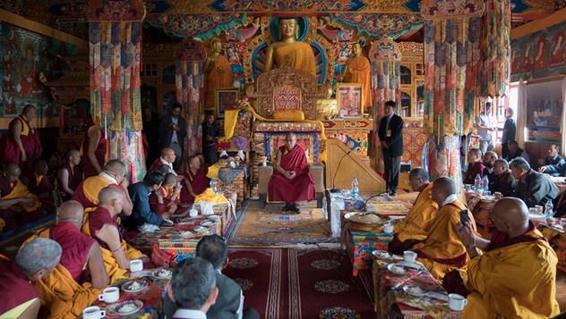 Его Святейшество Далай-лама дарует наставления монахам и почетным гостям во время визита в монастырь Матхо. Фото: Тензин Чойджор (офис ЕСДЛ)
