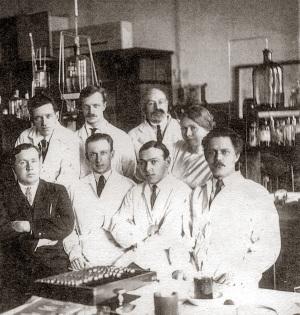 Б.Н. Абрамов среди сотрудников химической лаборатории. Харбин
