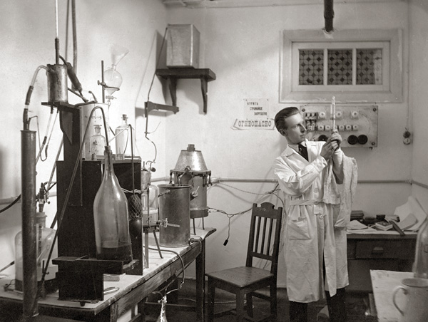 Б.Н. Абрамов в химической лаборатории. Харбин, Китай. 20 мая 1926 г.