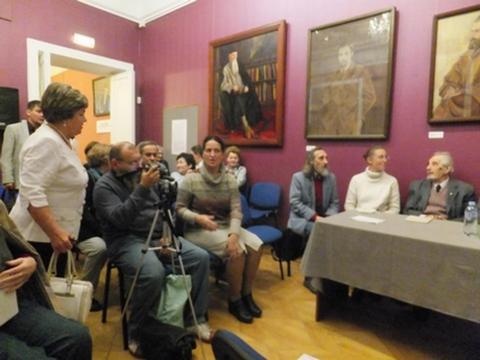 Левая часть «круглого стола. В центре кадра представитель рериховского общества г. Владивостока.