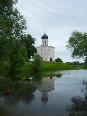 Церковь Покрова на Нерли (вторая половина XII века) — старейшая церковь в честь праздника Покрова Богоматери. Владимирская область, посёлок Боголюбово.