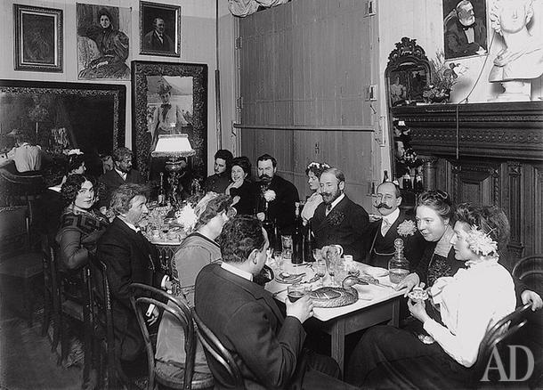 1909: На приеме у Репиных водку не подавали: хозяева потчевали гостей вином и вегетарианскими закусками. Обратите внимание на портрет Нордман в углу комнаты. Быть может, она была и «чудачкой», и не самой первой красавицей, но на портрете мужа Наталья — юна, игрива и абсолютно прекрасна.