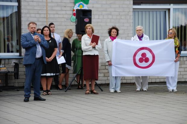 Вручение Знамя Мира одной школе в Клайпеде 1-го сентября 2017 г. Со Знаменем стоит (светлой памяти) Ирена и ещё двое из Литовского Общества Рериха