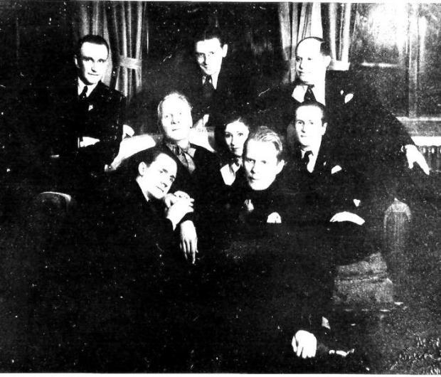 В центре – Ф.Шаляпин, вверху крайний слева – писатель Павел Северный, вверху, крайний справа – балетмейстер Элеров, под ним, во втором ряду – Михаил Цезаревич; г. Шанхай, 1936 г.