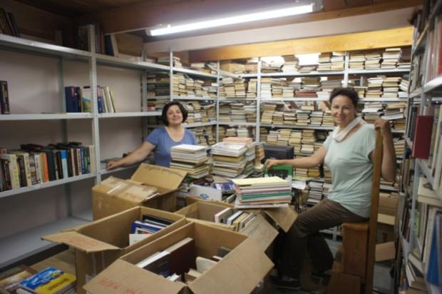 Лариса и Аделаида из Кишинёва разбирают новые поступления книг