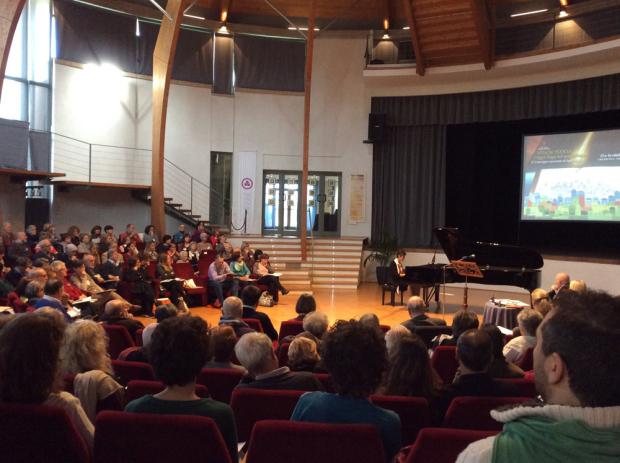 Фото. Пианистка Моника Леоне (Monica Leone) выступает во время конференции