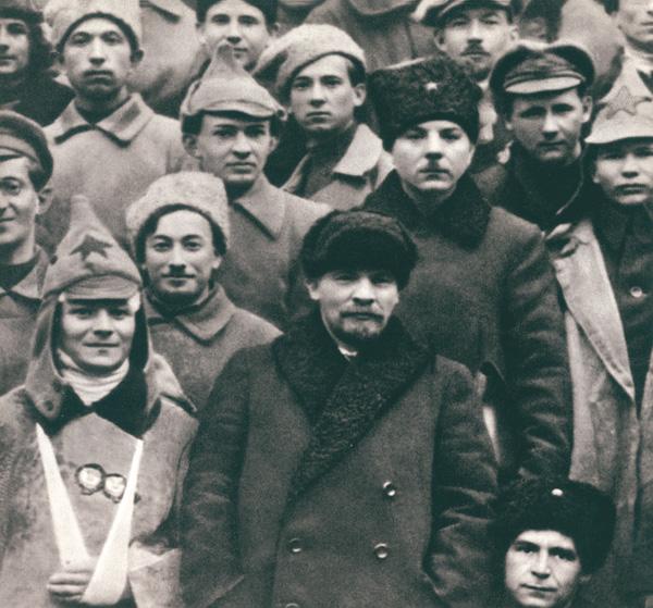 В.И. Ленин и К.Е. Ворошилов в группе делегатов съезда РКП(б). Москва. Март 1921 г.