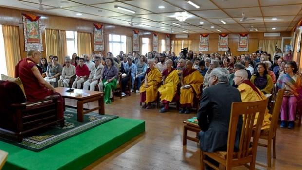 Его Святейшество Далай-лама обращается к буддистам из разных стран, прибывшим на встречу, организованную в резиденции Далай-ламы. Фото: дост. Дамчо