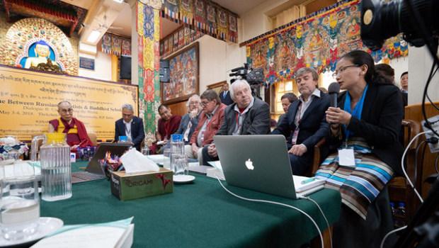 Доктор Намдол Лхамо из Института тибетской медицины и астрологии «Мен-ци-кханг» выступает с докладом о понимании мира с точки зрения традиционной тибетской медицины во время второго дня диалога между российскими учеными и буддийскими учеными-философами. Фото: Тензин Чойджор