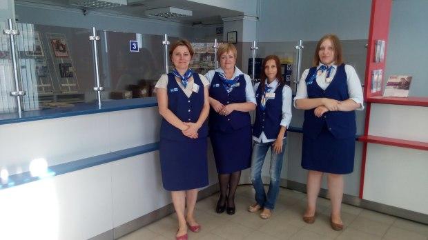 Я и мои коллеги. Наконец-то Почта России одела операторов в стильную одежду.