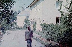 П. Ф. Беликов возле своего дома в Козе-Ууэмыйза (Эстония)