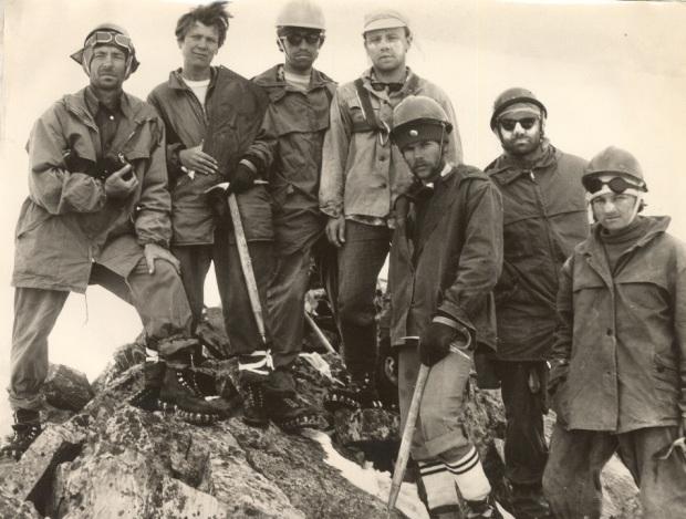 Группа восходителей на вершину Урусвати (1978 год) Слева -руководитель группы мастер спорта Владимир Пивоваров. В руках у Людмилы Андросовой барельеф Н.К. Рериха, оставленный на вершине  Рериха.