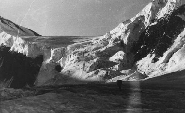 Перевал Рериха со стороны Катунского хребта (последний взлет).   Слева - пик Рериха , фото Валерий Хвостенко, 1978 г.