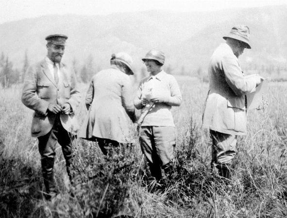 Слева направо: Юрий Рерих, Е.И. Рерих, Зинаида Лихтман, Н.К. Рерих. Август 1926 г. Алтай