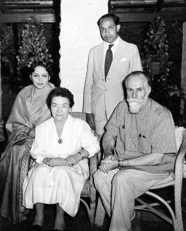 Сидят, слева направо: Девика Рани Рерих, Зинаида Фосдик, С.Н. Рерих. 6 февраля 1961 г. Бангалор, Индия