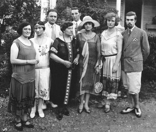 Слева направо: Франсис Грант, Зинаида Лихтман, Морис Лихтман, Софья Шафран, Луис Хорш, Нетти Хорш, Эстер Лихтман, С.Н. Рерих. Июль 1925 г.