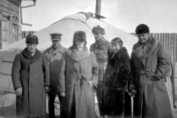 Слева направо: Константин Рябинин, Юрий Рерих, Н.К. Рерих, Павел Портнягин, Зинаида Лихтман, Морис Лихтман. Март - апрель 1927 г. Улан-Батор, Монголия