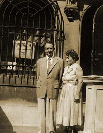 Дэдлей и Зинаида Фосдик. У входа в Музей Николая Рериха. НьюЙорк, 1950е годы