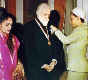 Людмила Живкова награждает Святослав Рериха  при его визит в Софию