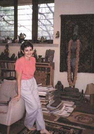 Тамара Качанова в домашней студии Святослава Рериха. Татгуни, 1989