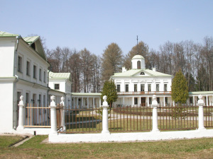Вид на главный дом и флигели усадьбы Середниково