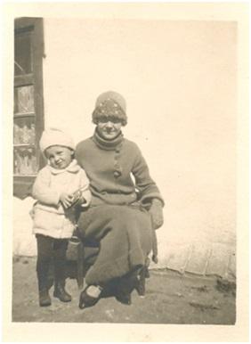 Гена с матерью у дома своего деда. Харбин. 1920-е годы