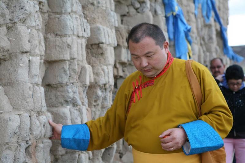 Тэло Тулку Римпоче у стен разрушенного монастыря Наропанчен