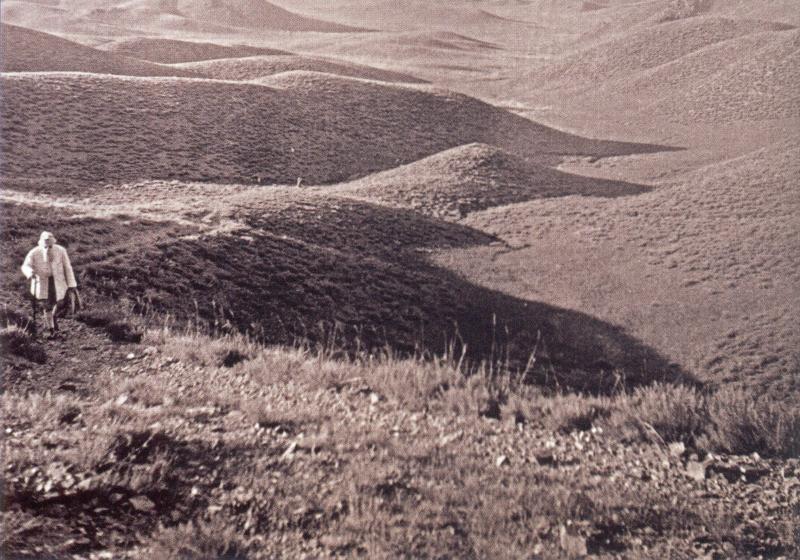 Н.К.Рерих в окрестностях горы Наран обо. Внутренняя Монголия. 1935 г. (из книги Н.К.Рериха «Дневник Маньчжурской экспедиции», М.: МЦР, 2015)