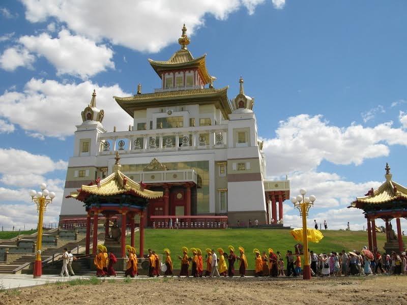 Обход вокруг храма «Золотая обитель Будды Шакьямуни»