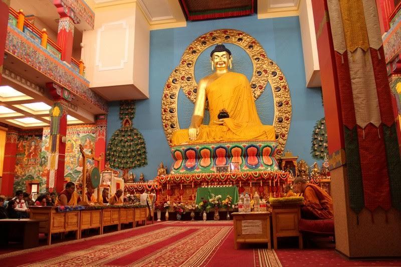 Статуя Будды Шакьямуни в центральном зале Хурула
