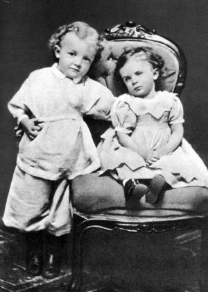 Володя Ульянов в возрасте 4 лет со своей сестрой Ольгой. Симбирск. 1874 год.