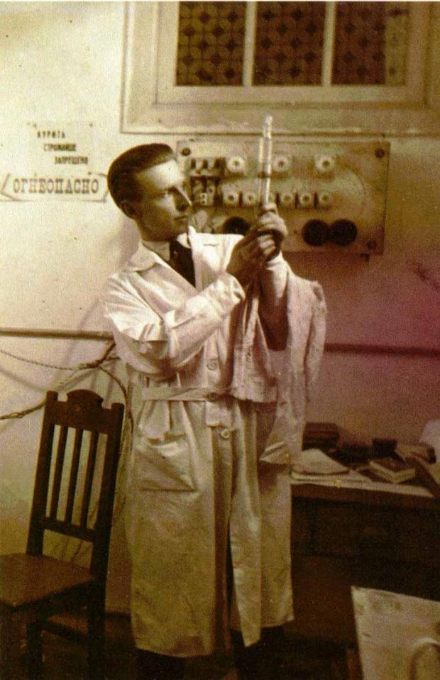 Борис Николаевич Абрамов в химической лаборатории. Харбин. 1926