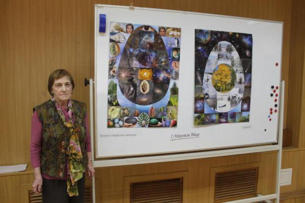 Н.Н.Якимова у выставки серии своих коллажей «О Мировом Яйце»