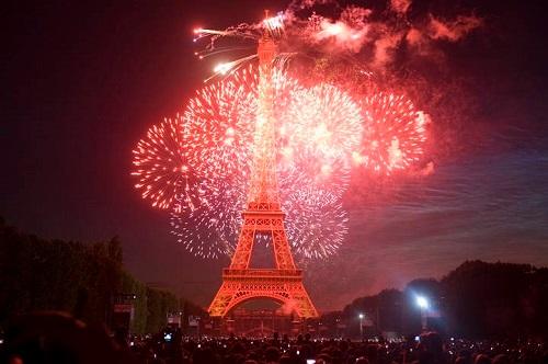 Финалом праздника становится фейерверк у Эйфелевой башни
