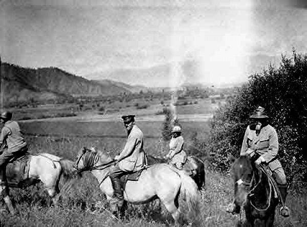 Члены экспедиции в Уймонской долине. Август 1926 г. (из архива Музея Н.Рериха в Нью-Йорке)