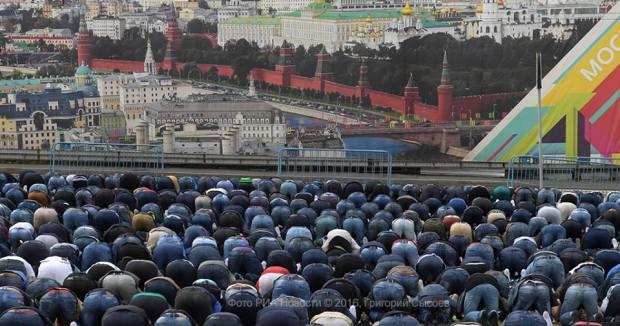 12 сентября мусульмане отмечают один из главных своих праздников — Курбан-байрам. К Соборной мечети в Москве пришли тысячи верующих.