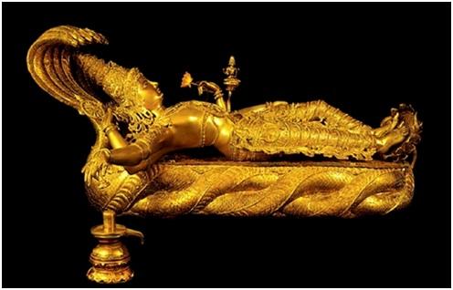Змей Шеша с отдыхающим на нём Вишну. Золотая скульптура. Тируванантапурам, Индия