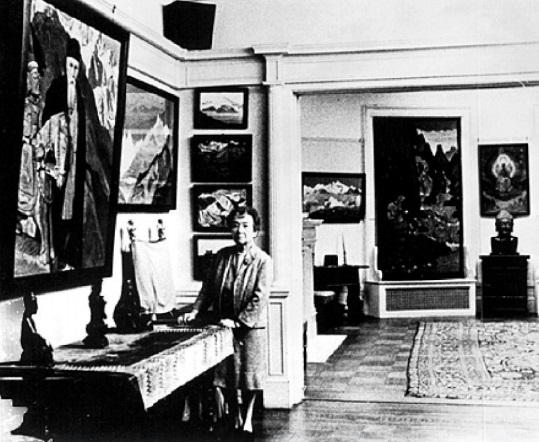 Зинаида Григорьевна Фосдик в Музее Н.К.Рериха в Нью-Йорке. 1970-е