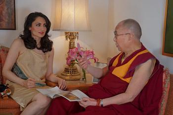 Рену Мехта бере интервью у Его Святейшества Далай-ламы. Фото: Джереми Рассел (офис ЕСДЛ)